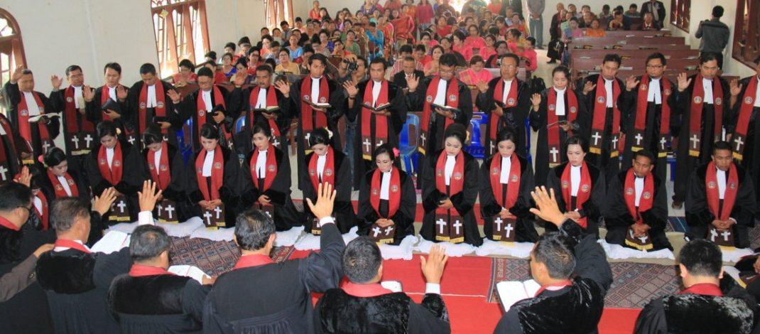 Moderamen GBKP Tahbiskan 15 Orang Pendeta di GBKP Rg. Kendit Kenderan
